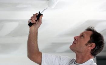 Как и чем красить потолок